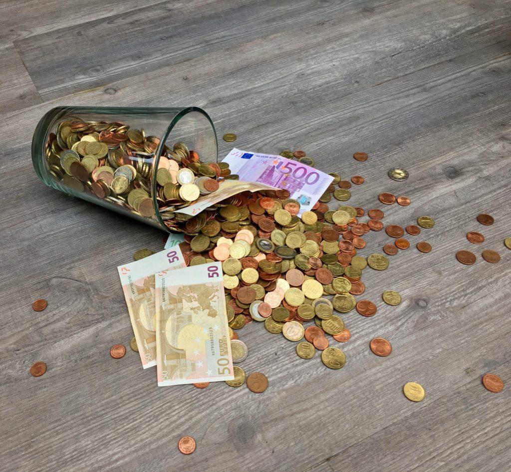 Geld auf dem Boden. Kapitalismus