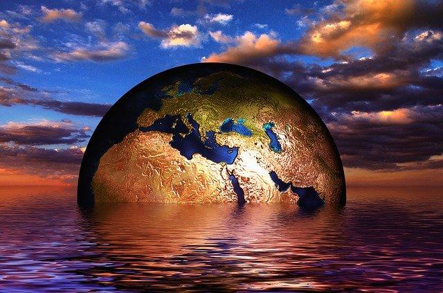 Eine Erde, die im Meer untergeht. Das steht für den Klimawandel. Klimagerechtigkeit hat damit etwas zu tun